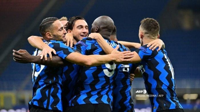 Penyerang Belgia Inter Milan Romelu Lukaku (tengah) merayakan bersama rekan-rekan setimnya setelah mencetak gol pertama timnya pada leg pertama babak pertama Liga Champions UEFA, grup B, pertandingan sepak bola antara Inter Milan dan Borussia Moenchengladbach, di stadion San Siro di Milan, pada 21 Oktober 2020. MIGUEL MEDINA / AFP