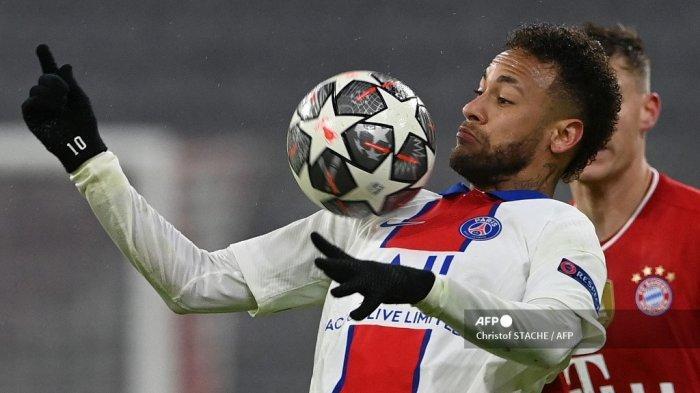 Penyerang Brasil Paris Saint-Germain Neymar mengontrol bola selama pertandingan sepak bola leg pertama perempat final Liga Champions UEFA antara FC Bayern Munich dan Paris Saint-Germain (PSG) di Munich, Jerman selatan, pada 7 April 2021. Christof STACHE / AFP