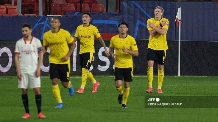 Penyerang Dortmund asal Norwegia Erling Braut Haaland (kanan) merayakan kemenangan setelah mencetak gol pada pertandingan leg pertama babak 16 besar Liga Champions UEFA antara Sevilla FC dan Borussia Dortmund pada 17 Februari 2021 di stadion Ramon Sanchez Pizjuan di Seville. CRISTINA QUICLER / AFP