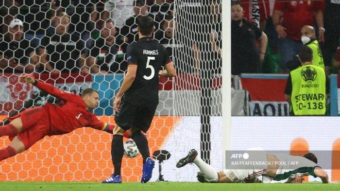 Penyerang Hungaria Adam Szalai (kanan) mencetak gol pembuka pada pertandingan sepak bola Grup F UEFA EURO 2020 antara Jerman dan Hungaria di Allianz Arena di Munich pada 23 Juni 2021.