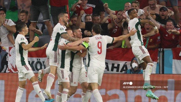 Penyerang Hungaria Adam Szalai merayakan mencetak gol pembuka dengan rekan satu timnya selama pertandingan sepak bola Grup F UEFA EURO 2020 antara Jerman dan Hungaria di Allianz Arena di Munich pada 23 Juni 2021.