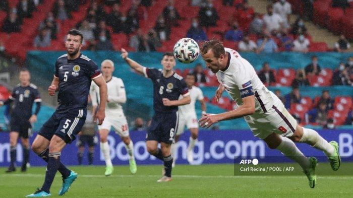 Penyerang Inggris Harry Kane (kanan) menyundul bola saat pertandingan sepak bola Grup D UEFA EURO 2020 antara Inggris dan Skotlandia di Stadion Wembley di London pada 18 Juni 2021. Carl Recine / POOL / AFP