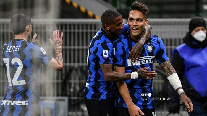 Penyerang Inter Milan asal Argentina Lautaro Martinez (kanan) melakukan selebrasi setelah mencetak gol kedua dalam pertandingan sepak bola Serie A Italia Inter Milan vs Sassuolo pada 7 April 2021 di stadion San Siro di Milan. Isabella BONOTTO / AFP