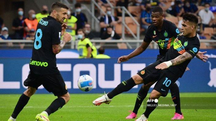 Penyerang Inter Milan Lautaro Martinez (kanan) menendang bola saat pertandingan sepak bola Serie A Italia antara Inter Milan dan Bologna di stadion San Siro di Milan, pada 18 September 2021.