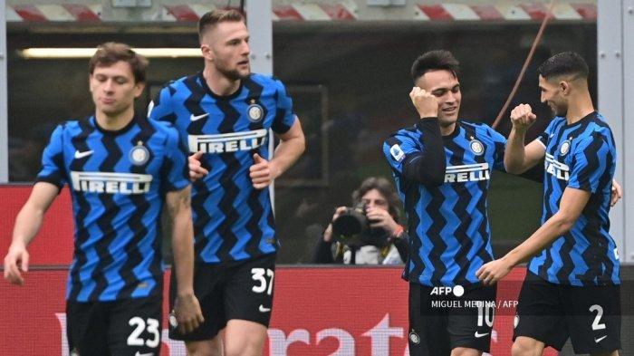Penyerang Inter Milan asal Argentina Lautaro Martinez (2ndR) merayakan kemenangan bersama bek Inter Milan asal Maroko Achraf Hakimi setelah membuka skor pada pertandingan sepak bola Serie A Italia AC Milan vs Inter Milan pada 21 Februari 2021 di stadion San Siro di Milan. MIGUEL MEDINA / AFP