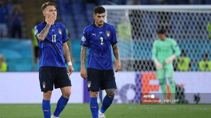 Penyerang Italia Ciro Immobile (kiri) dan rekannya Giovanni Di Lorenzo merayakan kemenangan mereka dalam pertandingan sepak bola Grup A UEFA EURO 2020 antara Italia dan Swiss di Stadion Olimpiade di Roma pada 16 Juni 2021.