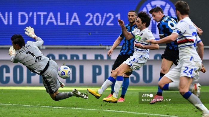 Penyerang Italia Inter Milan Andrea Pinamonti (Belakang ke-2) menembak untuk mencetak gol ke-4 melewati kiper Italia Sampdoria Emil Audero (kiri) selama pertandingan sepak bola Serie A Italia Inter Milan vs Sampdoria pada 08 Mei 2021 di stadion San Siro di Milan. MIGUEL MEDINA / AFP