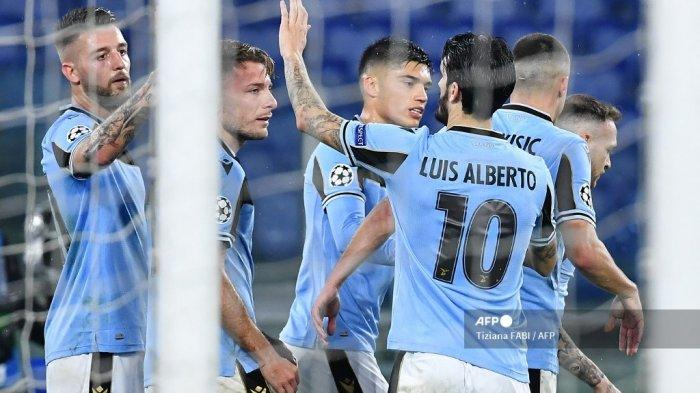 Penyerang Italia Lazio Ciro Immobile (2ndL) merayakan bersama rekan satu timnya setelah mencetak tendangan penalti selama pertandingan sepak bola Grup F Liga Champions UEFA Lazio Roma vs Club Brugge pada 8 Desember 2020 di stadion Olimpiade di Roma. Tiziana FABI / AFP