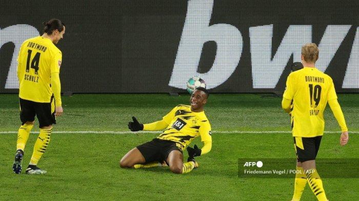 Penyerang Jerman Dortmund Youssoufa Moukoko (tengah) merayakan mencetak gol kedua selama pertandingan sepak bola divisi pertama Bundesliga Jerman antara Borussia Dortmund vs Hertha Berlin di Dortmund, Jerman barat, pada 13 Maret 2021. Friedemann Vogel / POOL / AFP