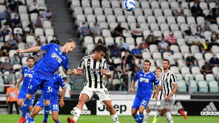 Penyerang Juventus asal Argentina Paulo Dybala (tengah) menantang bek Empoli dari Albania Ardian Ismajli (kiri) dan gelandang Empoli dari Italia Filippo Bandinelli (kedua dari kanan) dalam pertandingan sepak bola Serie A Italia Juventus vs Empoli di Allianz Stadium di Turin, pada 28 Agustus 2021.