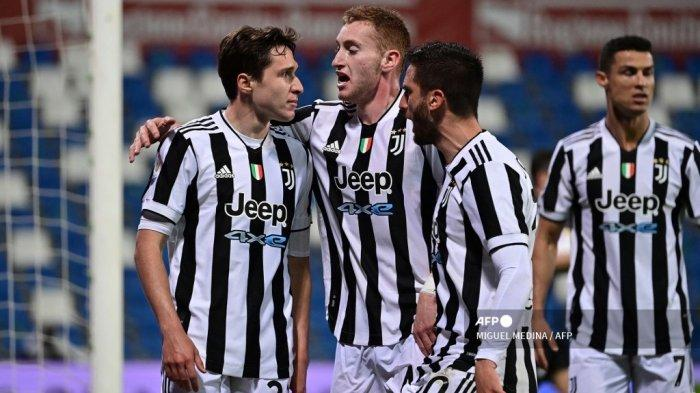 Penyerang Juventus asal Italia Federico Chiesa (kiri) melakukan selebrasi setelah mencetak gol pada pertandingan final Piala Italia (Coppa Italia) Atalanta vs Juventus pada 19 Mei 2021 di stadion Citta del Tricolore di Reggio Emilia. MIGUEL MEDINA / AFP