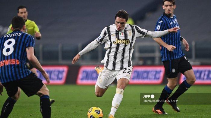 Penyerang Juventus asal Italia Federico Chiesa menembak untuk membuka skor selama pertandingan sepak bola Serie A Italia Juventus vs Atalanta pada 16 Desember 2020 di stadion Juventus di Turin. Marco BERTORELLO / AFP