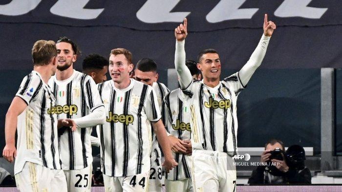 Penyerang Portugal Juventus Cristiano Ronaldo (kanan) melakukan selebrasi setelah mencetak gol keduanya dalam pertandingan sepak bola Serie A Italia Juventus vs Cagliari pada 21 November 2020 di stadion Juventus di Turin. MIGUEL MEDINA / AFP