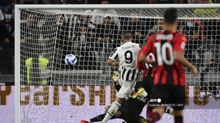 Penyerang Juventus asal Spanyol Alvaro Morata (tengah) mencetak gol saat pertandingan sepak bola Serie A Italia antara Juventus dan AC Milan di stadion Juventus di Turin, pada 19 September 2021.