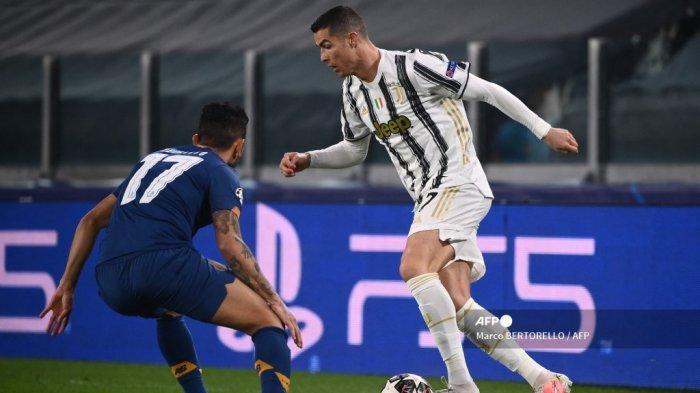 Penyerang Juventus asal Portugal Cristiano Ronaldo menantang penyerang Meksiko FC Porto Jesus Corona (kiri) selama pertandingan sepak bola leg kedua babak 16 besar Liga Champions antara Juventus Turin dan FC Porto pada 9 Maret 2021 di stadion Juventus di Turin. Marco BERTORELLO / AFP