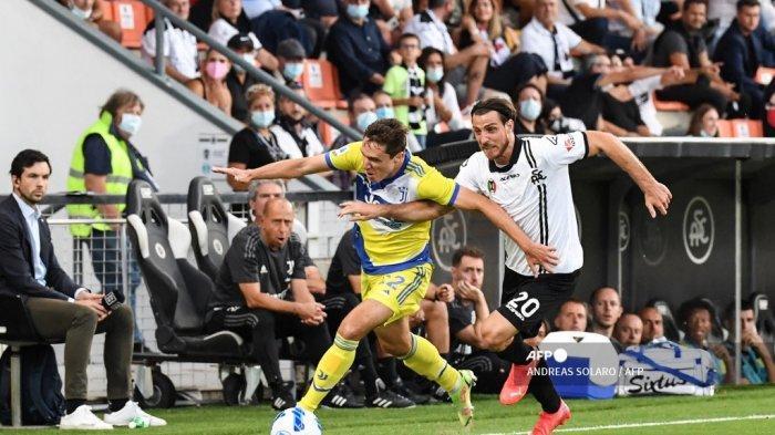Penyerang Juventus Federico Chiesa (kiri) mengungguli bek Spezia Italia Simone Bastoni selama pertandingan sepak bola Serie A Italia antara Spezia dan Juventus pada 22 September 2021 di stadion Alberto-Picco di La Spezia.