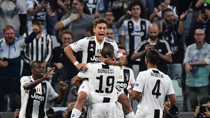 Penyerang Juventus, Paulo Dybala (tengah), merayakan gol yang dicetak ke gawang Young Boys dalam laga Grup H Liga Champions di Juventus Stadium, Turin, Italia pada 2 Oktober 2018.