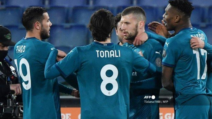 Penyerang Kroasia AC Milan Ante Rebic (CR) merayakan setelah mencetak gol kedua timnya dalam pertandingan sepak bola Serie A Italia AS Roma vs AC Milan pada 28 Februari 2021 di stadion Olimpiade di Roma. Tiziana FABI / AFP