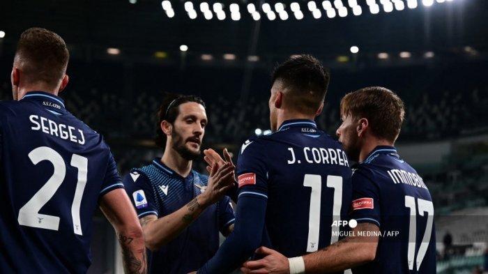 Penyerang Lazio dari Argentina Joaquin Correa (tengah) diberi selamat oleh rekan satu timnya setelah mencetak gol pertama timnya dalam pertandingan sepak bola Serie A Italia antara Juventus dan Lazio di Stadion Juventus di Turin, Italia utara pada 6 Maret 2021. MIGUEL MEDINA / AFP