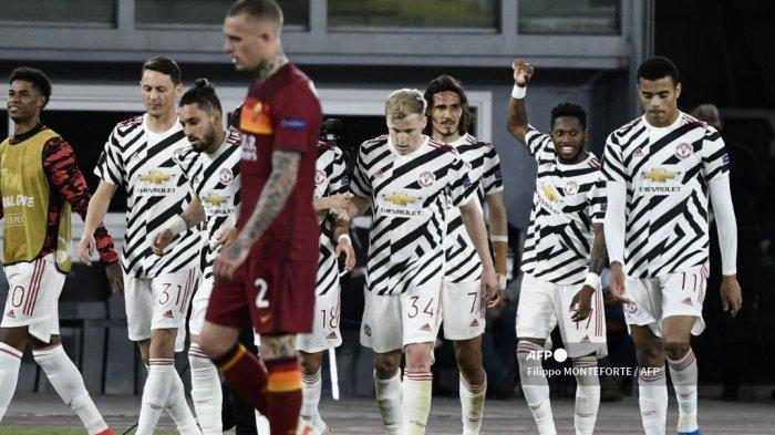 Penyerang Uruguay Manchester United Edinson Cavani (tengah) merayakan bersama rekan satu timnya setelah mencetak gol pada pertandingan leg kedua semifinal Liga Eropa UEFA antara AS Roma dan Manchester United di Stadion Olimpiade di Roma, pada 6 Mei 2021. Filippo MONTEFORTE / AFP