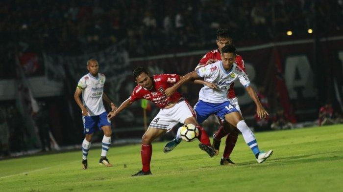 Penyerang muda Persib Bandung, Agung Mulyadi, bermain lebih lepas saat menghadapi Bali United di Stadion Kapten I Wayan Dipta, Minggu (27/5/2018) malam.