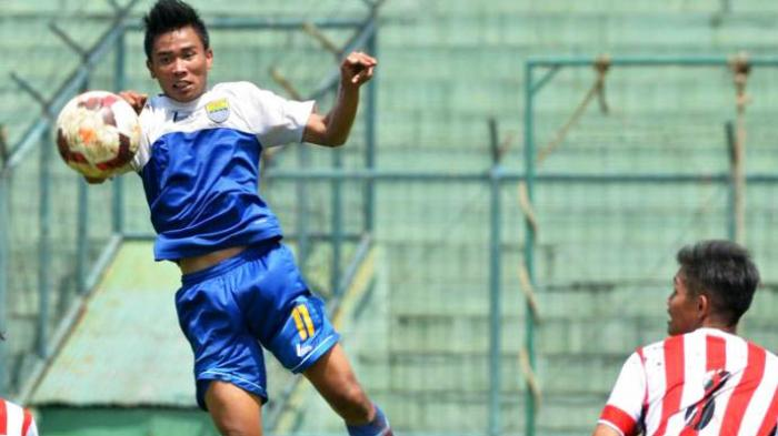 SUNDUL BOLA - Pemain Persib Bandung Rudiyana berusaha menyambut bola atas dari kawalan pemain PS Setia saat pertandingan uji coba di Stadion Siliwangi, Bandung, Sabtu (29/3/2014).