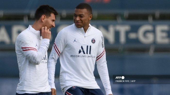 Penyerang Paris Saint-Germain Argentina Lionel Messi (kiri) dan penyerang Paris Saint-Germain Prancis Kylian Mbappe ambil bagian dalam sesi latihan di tempat latihan klub sepak bola Camp des Loges Paris Saint-Germain di Saint-Germain-en-Laye pada 28 Agustus , 2021.