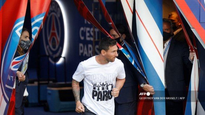 Penyerang Paris Saint-Germain Argentina Lionel Messi memasuki lapangan saat upacara presentasi sebelum pertandingan sepak bola L1 Prancis antara Paris Saint-Germain dan Racing Club Strasbourg di stadion Parc des Princes di Paris pada 14 Agustus 2021.
