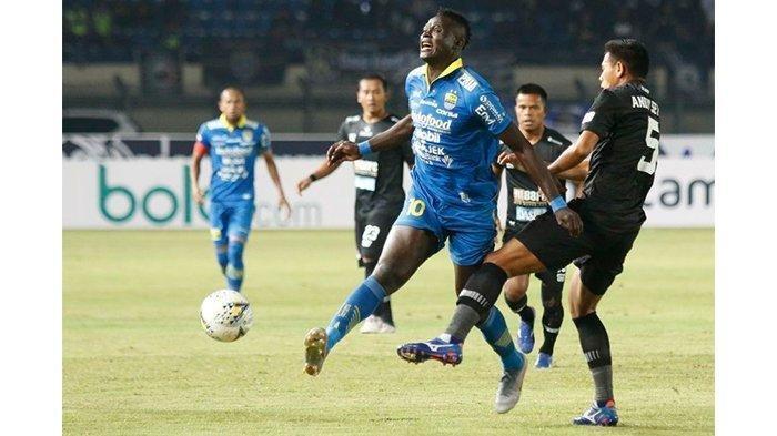 Penyerang Persib Bandung, Ezechiel N Douassel saat lawan Tira Persikabo di Stadion di Si Jalak Harupat, Selasa (18/6/2019).