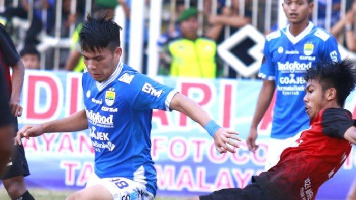 Penyerang Persib Bandung, Muchammad Wildan Ramdani (kostum biru) saat mempertahankan bola dari pemain PSKC Cimahi.