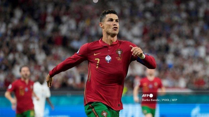 Penyerang Portugal Cristiano Ronaldo melakukan selebrasi setelah mencetak gol tendangan penalti pada pertandingan sepak bola Grup F UEFA EURO 2020 antara Portugal dan Prancis di Puskas Arena di Budapest pada 23 Juni 2021. Darko Bandic / POOL / AFP