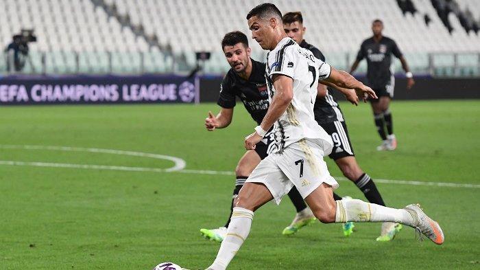Penyerang Portugal Juventus Cristiano Ronaldo menendang bola selama pertandingan sepak bola leg kedua babak 16 besar Liga Champions UEFA antara Juventus dan Olympique Lyonnais (OL), dimainkan secara tertutup karena penyebaran infeksi COVID-19, yang disebabkan oleh virus corona baru , di stadion Juventus, di Turin, pada 7 Agustus 2020. Miguel MEDINA / AFP