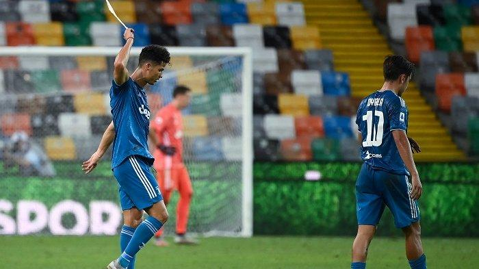 Penyerang Portugal Juventus Cristiano Ronaldo (kiri) bereaksi selama pertandingan sepak bola Serie A Italia antara Udinese dan Juventus pada 23 Juli 2020, di Stadion Dacia Arena di Udine. MARCO BERTORELLO / AFP