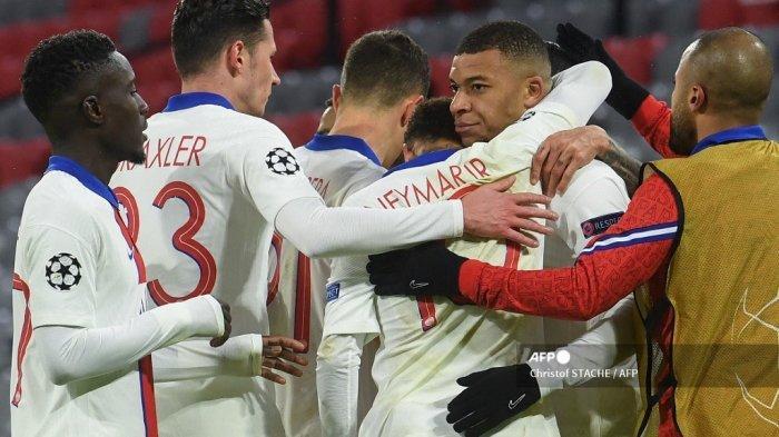 Penyerang Prancis Paris Saint-Germain Kylian Mbappe (kanan ke-2) merayakan gol 2-3 dengan rekan satu timnya selama pertandingan sepak bola leg pertama perempat final Liga Champions UEFA antara FC Bayern Munich dan Paris Saint-Germain (PSG) di Munich , Jerman bagian selatan, pada 7 April 2021. Christof STACHE / AFP