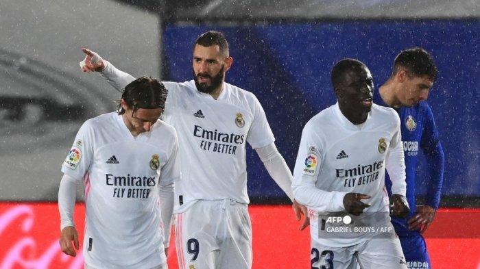 Penyerang Prancis Real Madrid Karim Benzema (2R) melakukan selebrasi setelah mencetak gol dalam pertandingan sepak bola liga Spanyol antara Real Madrid CF dan Getafe CF di stadion Alfredo di Stefano di Valdebebas, di pinggiran kota Madrid pada 9 Februari 2021.GABRIEL BOUYS / AFP