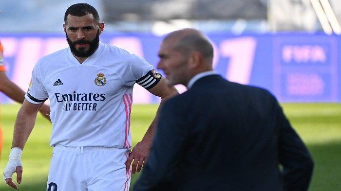 Penyerang Prancis Real Madrid Karim Benzema (kiri) melihat pelatih Real Madrid Prancis Zinedine Zidane selama pertandingan sepak bola liga Spanyol antara Real Madrid dan Valencia di stadion Alfredo di Stefano di Valdebebas di pinggiran kota Madrid pada 14 Februari 2021.