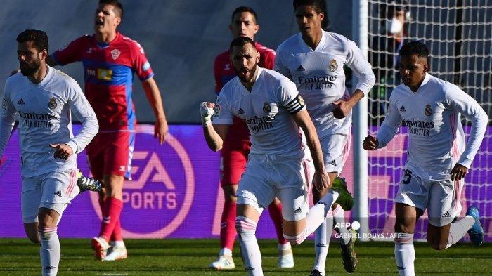 Penyerang Prancis Real Madrid Karim Benzema (tengah) merayakan bersama rekan satu timnya setelah mencetak gol dalam pertandingan sepak bola Liga Spanyol antara Real Madrid dan Elche di stadion Alfredo Di Stefano di Valdebebas, timur laut Madrid, pada 13 Maret 2021. GABRIEL BOUYS / AFP