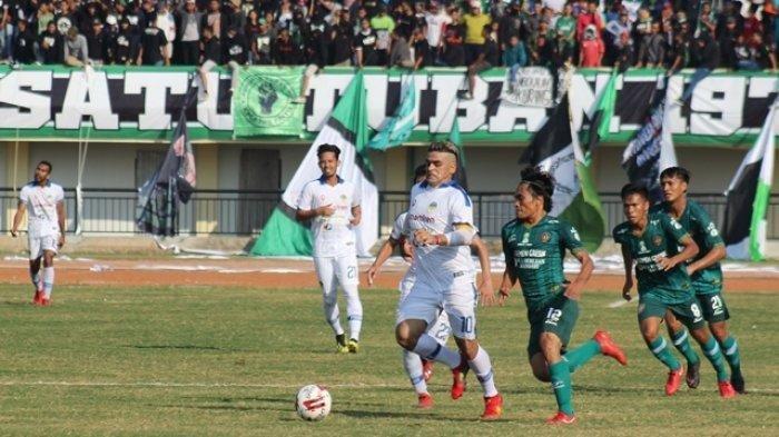 Penyerang PSIM Yogyakarta, Cristian Gonzales, mendapat pengawalan ketat dari pemain Persatu Tuban pada pertandingan pekan kelima Liga 2 2019 di Stadion Bumi Wali, Tuban, Sabtu (20/7/2019)
