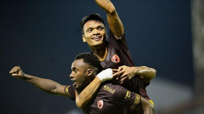 Penyerang PSM Ferdinand Sinaga melakukan selebrasi gol yang dicetaknya dengan Guy Junior dalam laga kontra Persebaya Surabaya di Stadion Mattoanging, Makassar, Rabu (17/7/2019).