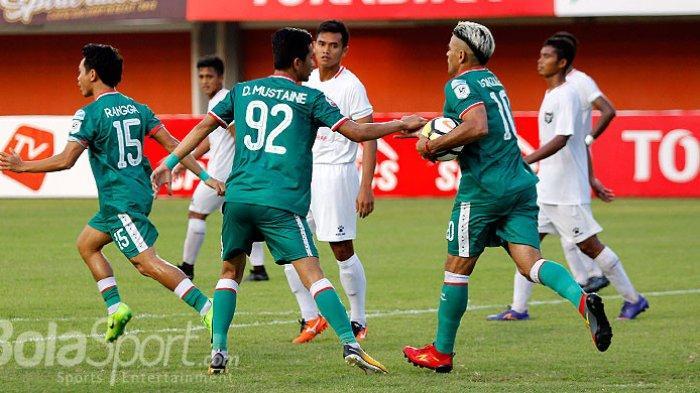 Penyerang PSS Sleman, Cristian Gonzales (kanan), merayakan gol bersama rekan setimnya saat melawan Madura FC dalam laga lanjutan Liga 2 2018 di Stadion Maguwoharjo, Sleman, Rabu (2/5/2018).