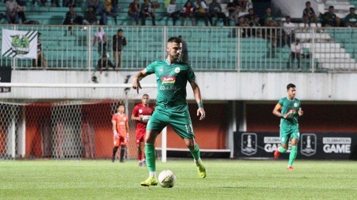 Penyerang PSS Sleman, Yevhen Bokhasvili saat tampil lawan Persipura Jayapura pada uji tanding di Stadion Maguwoharjo, Sleman, beberapa waktu lalu