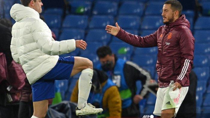 Penyerang Real Madrid Belgia Eden Hazard (kanan) berjabat tangan dengan bek Spanyol Chelsea Cesar Azpilicueta setelah pertandingan sepak bola semifinal leg kedua Liga Champions UEFA antara Chelsea dan Real Madrid di Stamford Bridge di London pada 5 Mei 2021. Chelsea memenangkan pertandingan 2 -0. Glyn KIRK / AFP