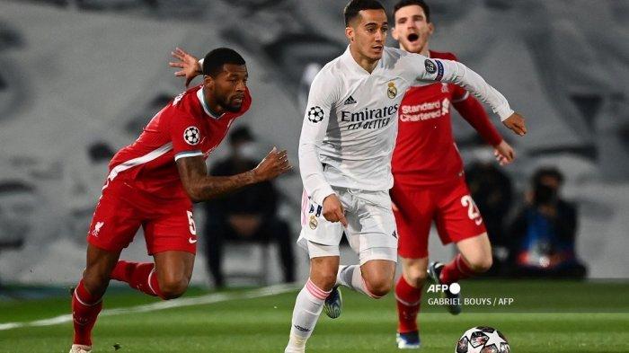 Penyerang Spanyol Real Madrid Lucas Vazquez menantang gelandang Liverpool Belanda Georginio Wijnaldum (kiri) selama pertandingan sepak bola perempat final leg pertama Liga Champions UEFA antara Real Madrid dan Liverpool di stadion Alfredo di Stefano di Valdebebas di pinggiran Madrid pada 6 April 2021 . GABRIEL Bouys / AFP