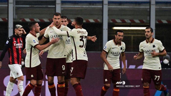 Penyerang Roma asal Bosnia Edin Dzeko (3rd-L) merayakan kemenangan setelah mencetak gol melawan AC Milan selama pertandingan sepak bola Serie A Italia antara AC Milan dan AS Roma di Stadion Meazza di Milan pada 26 Oktober 2020. MIGUEL MEDINA / AFP