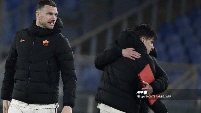 Penyerang Roma asal Bosnia Edin Dzeko bereaksi pada akhir pertandingan leg kedua perempat final Liga Eropa UEFA AS Roma vs Ajax Amsterdam pada 15 April 2021 di stadion Olimpiade di Roma. Filippo MONTEFORTE / AFP