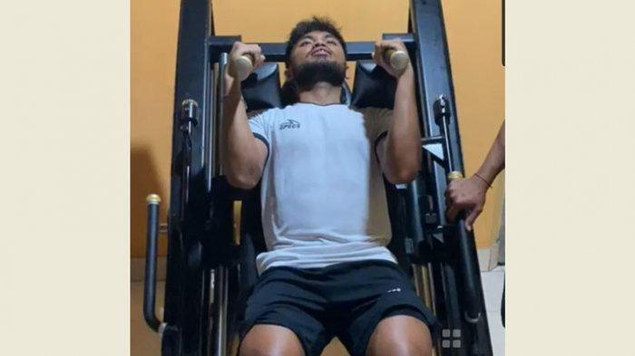 Penyerang sayap Bhayangkara FC, Saddil Ramdani saat menjalani program pengurusan badan dengan giat melakukan gym.