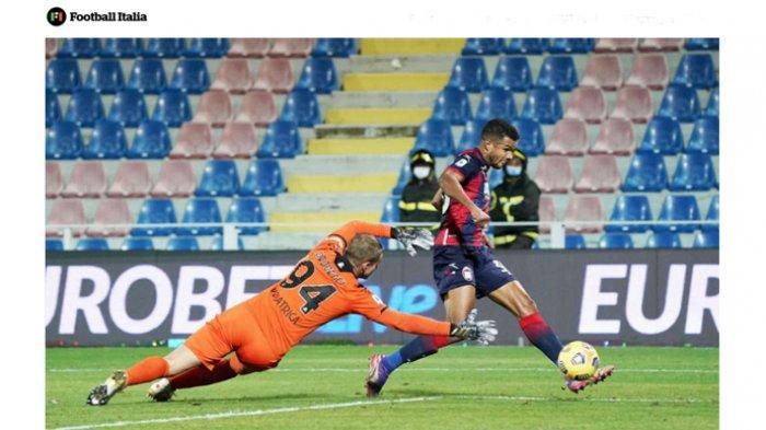 Aksi penyerang sayap Crotone, Junior Messias. Pemain asal Brasil ini diincar AC Milan dan Torino pada bursa transfer musim panas ini.