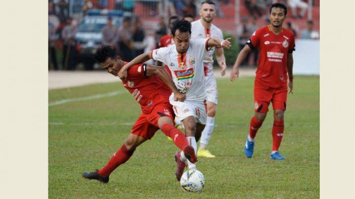 Penyerang sayap Persija Jakara, Novri Setiawan saat berduel dengan pemain Semen Padang di Stadion haji Agus Salim, Padang, Kamis (7/11/2019).