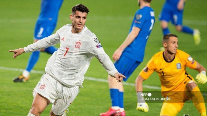 Penyerang Spanyol Alvaro Morata merayakan setelah mencetak gol selama pertandingan sepak bola kualifikasi Piala Dunia Qatar 2022 antara Spanyol dan Yunani pada 25 Maret 2021 di stadion Los Carmenes di Granada. JORGE GUERRERO / AFP