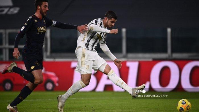 Penyerang Spanyol Juventus, Alvaro Morata, melakukan tembakan untuk mencetak gol kedua selama babak 16 besar Piala Italia (Coppa Italia) dari pertandingan sepak bola Juventus vs Genoa pada 13 Januari 2021 di stadion Juventus di Turin. Marco BERTORELLO / AFP